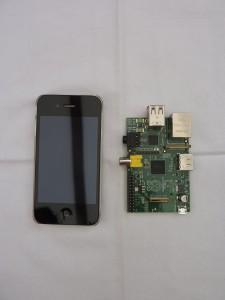 Différence de taille entre un iPhone et un Raspberry Pi