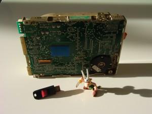 Seagate ST-225 à côté d'une clef USB SanDisk et d'une figurine Asterix :)